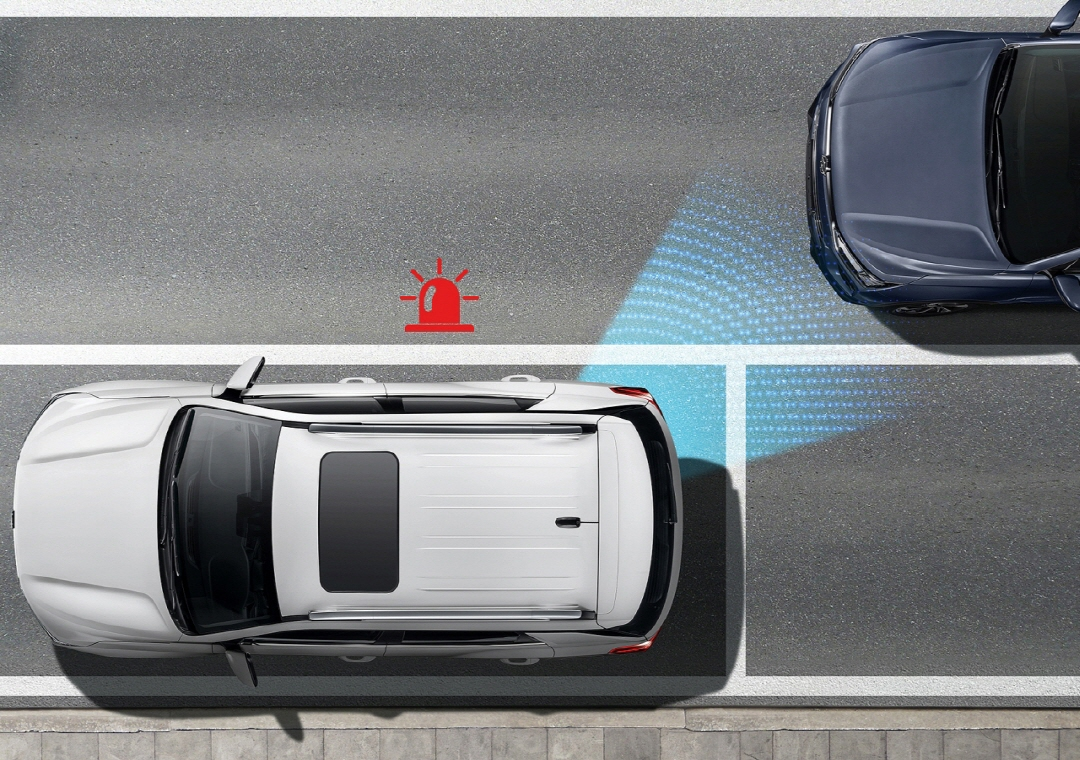 사진은 코란도에 적용된 딥컨트롤 시스템 이미지로 딥컨트롤은 카메라와 레이더를 통해 차량 주변을 완벽히 스캐닝하여 위험상황에서 즉각적이고 자율적으로 차량을 제어함으로써 탑승자의 안전을 사전에 확보하는 첨단 차량제어기술이다.